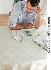 vérification, homme affaires, sien, factures
