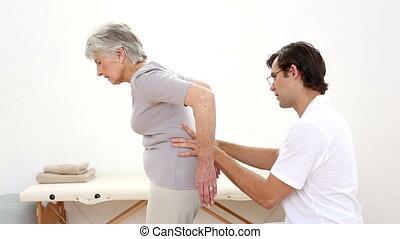 vérification, kinésithérapeute, personne agee, patient
