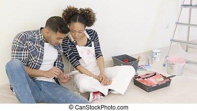 vérification, média, couple, jeune, leur, social
