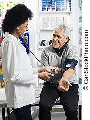 vérification, malade, pression, sanguine, sourire, infirmière