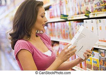 vérification, nourriture, femme, étiquetage
