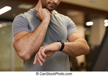 vérification, pendant, séance entraînement, pouls, homme