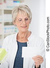 vérification, personne agee, médicament, pharmacien, femme