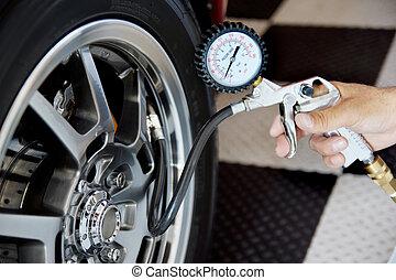 vérification, pression atmosphérique, dans, pneu