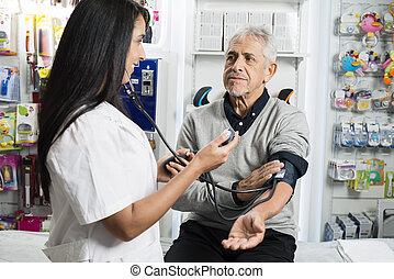 vérification, pression, sanguine, femme, personne agee, chimiste, homme