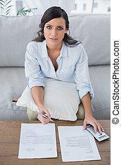 vérification, sérieux, femme, elle, factures