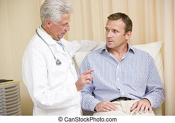 vérification, salle examen, docteur, donner, homme