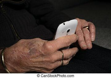vérification, smartphone, elle, grand-maman