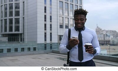 vérification, téléphone, café, boire, homme affaires