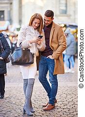 vérification, téléphone, couple, noël, marché