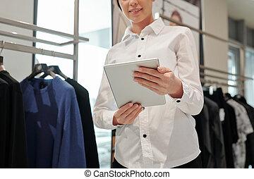 vêtant magasin, vendeuse, utilisation, tablette