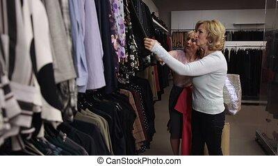 vêtements, regarder travers, blonds, heureux, étagère, femmes