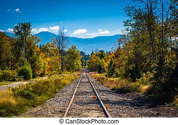 vía férrea, y, distante, montañas, vistos, en, blanco,...
