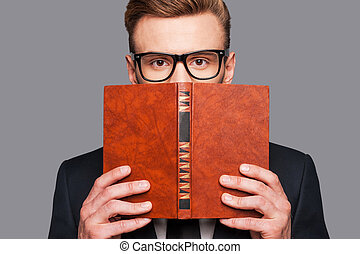 více, knowledge!, mladík, do, formalwear, výprask, jeho, čelit, pozadu, jeden, kniha, čas, stálý, na, šedivý, grafické pozadí