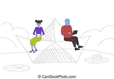 vício, esboço, conceito, computador, cheio, mulher, doodle, par, tendo, papel, comprimento, viagem, tabuletas, digital, divertimento, usando, horizontais, flutuante, bote, homem