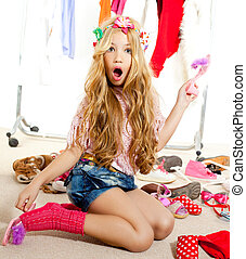 vítima moda, criança, menina, guarda-roupa, sujo, bastidores