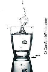 víz, öntés, white háttér, pohár
