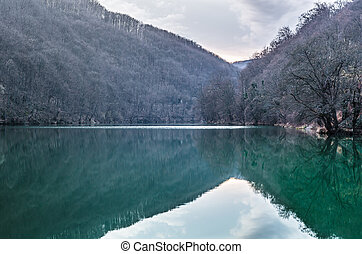 völgy, tó