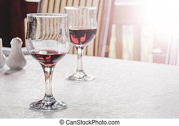 vörös bor, alatt, bor szemüveg, asztalon, befedett, noha, fehér, abrosz
