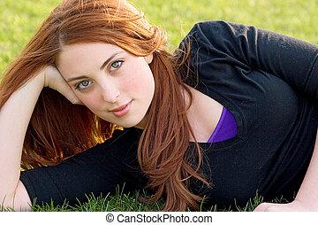 vörös hajú, leány