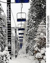 výtah, lyže, neobsazený