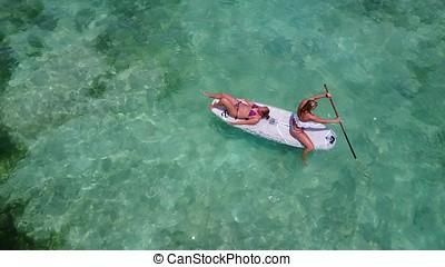 v08211, 2, hübsch, junge mädchen, auf, a, surfbrett, paddleboard, mit, luftblick, in, warm, blaues, meerwasser