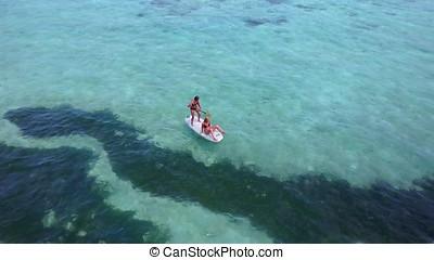 v08361, 2, hübsch, junge mädchen, auf, a, surfbrett, paddleboard, mit, luftblick, in, warm, blaues, meerwasser
