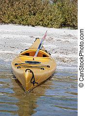 vacío, canoa, varado, en orilla