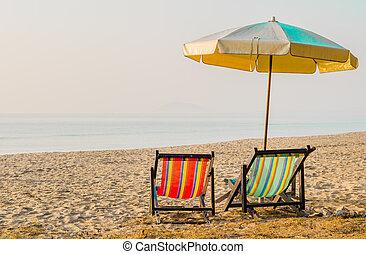 vacaciones, concept:, par, de, playa, loungers, en, el, abandonado, costa, yo