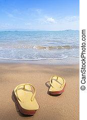 vacaciones del verano, concept--orange, flipflops, en, un, arenoso, océano, playa
