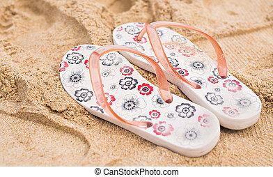 vacaciones tropicales, concept-flipflops, en, un, arenoso, océano, playa