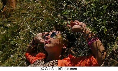 vacances, été, femme, gens, concept, vacances, field., heureux, mensonges, lunettes soleil, -, herbe, nature, sourire