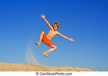 vacances été, jouer, sauter, enfant, vacances, plage, ou