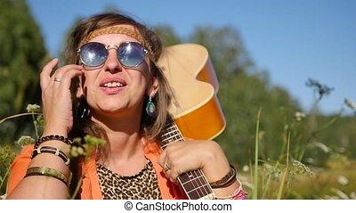 vacances, été, stands, femme, motion., guitare, concept, gens, vacances, elle, sourire heureux, lunettes soleil, shoulder., -, nature, lent