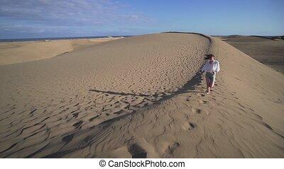 vacances, courses, haut, apprécie, sand., désert, elle, femme, sourires