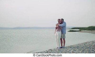 vacances, debout, personne agee, hugging., couple, lac