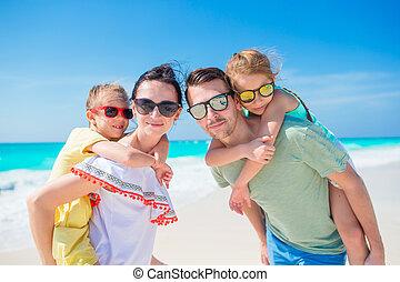 vacances famille, quatre, closeup, plage, heureux