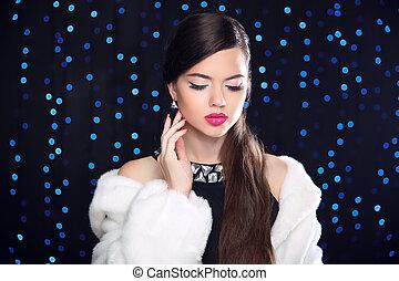 vacances, girl, makeup., brunette, mode, poser, fourrure, élégant, vison, modèle, lumières, blanc, femme, sur, bleu, beauté, coat., arrière-plan.