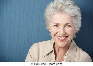 vacker, äldre, dam, med, a, livlig, le