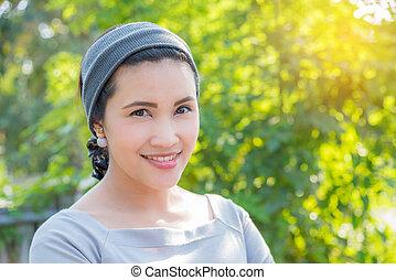 vacker, asiatisk flicka, i park, med, sol lätta