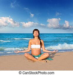 vacker, blå, kvinna, yoga, gravid, precticing, strand