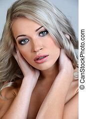 vacker, blond, kvinna, med, länge, lockigt hår