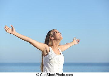 vacker, blondin, kvinna, andning, lycklig, med, uppresta havsarm