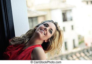 vacker, blondin, kvinna, in, a, fönster, tröttsam, a, röd klä
