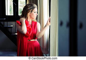 vacker, blondin, kvinna, in, fönster, tröttsam, a, röd klä