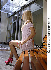 vacker, blondin, kvinna, på, bänk