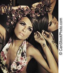 vacker, brunett, framställ, ung, spegel
