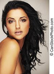 vacker, brunett, modell, in, studio, på, lätt, bakgrund