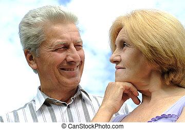 vacker, caucasian, elderly kopplar ihop