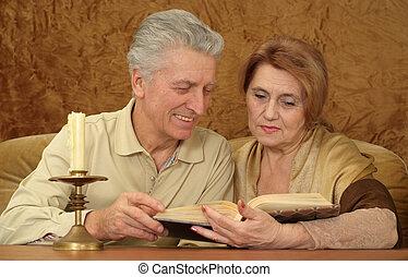vacker, caucasian, par, av, äldre folk, sittande